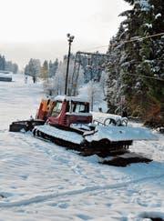 Die Anfänge beim Skilift Tanzboden sind gemacht. Das Pistenfahrzeug jedenfalls steht bereits in den Startlöchern. (Bild: Sabine Schmid)