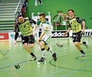 Die Handballer St. Otmars (in Gelb) wehrten sich tapfer gegen die NLA-Unihockeyspieler. (Bild: Ralph Ribi)