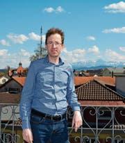 Gemeindepräsident Roman Habrik hat auf dem Dach des Gemeindehauses eine prächtige Aussicht auf seine Gemeinde. Hinten rechts der Säntis. (Bild: Beat Lanzendorfer)