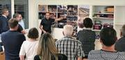 Generalplaner Florian Schällibaum erläutert den Behördenmitgliedern und Vertretern aus Vereinen und Ortsparteien das Projekt. (Bild: PD)