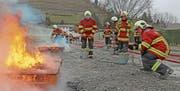 Die künftigen Feuerwehrleute lernen im Grundkurs, mit welchen Mitteln Feuer bekämpft werden können. (Bild: Benjamin Schmid)