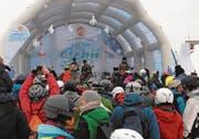 Marius & die Jagdkapelle sorgte mit seinen Kinderliedern im Programm für volle Ränge vor der Tribüne. Verpackt in der Skiausrüstung singt das Publikum mit und fotografiert.