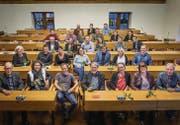 Klare linke Mehrheit: Die Kandidatinnen und Kandidaten der SP für die Stadtparlamentswahlen posieren im Waaghaus-Saal. (Bild: Michel Canonica)