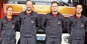 Kommandantin Nicole Casterra (v. l.) beförderte Martin Graf und Fabian Bürgin zum Korporal und Peter Graf in den Rang eines Oberleutnants. (Bild: pd)