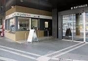 Der provisorische VBSG-Schalter aussen am Rathaus wird in den nächsten Wochen definitiv ins Foyer verlegt. (Bild: Reto Voneschen)