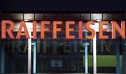 Den Raiffeisenbanken laufen die Genossenschafter nicht davon, aber die Kunden sprechen über die Affäre Vincenz. (Bild: Gian Ehrenzeller/Keystone)
