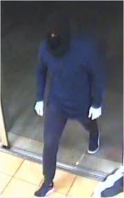Der zweite Mann war dunkel gekleidet und verhüllte sein Gesicht. (Bild: Kapo SG)
