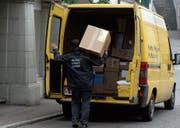 Pakete, die während der Arbeitszeit zugestellt werden, kann der Postkunde neu im Supermarkt abholen. (Archivbild: Susann Basler)