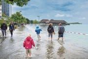 Die Rorschacher Seeuferpromenade zieht viele Schaulustige an, die ihre Freude am – bis gestern noch harmlosen – Hochwasser haben. (Bild: Urs Bucher)