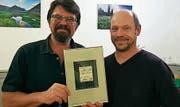 Bruno Mäder erhält die von Simon Weber gestaltete Urkunde. (Bild: pd)