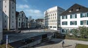 Das neue Rathaus schafft einen öffentlichen Platz vor der Kirche (Bild: Michel Canonica)