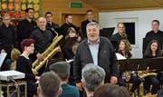 Schulratspräsident Josef Rütsche begrüsste 66 Stimmberechtigte zur Lütisburger Bürgerversammlung. Die Big Band der Musikschule Toggenburg eröffnete den Abend. (Bild: Christoph Heer)