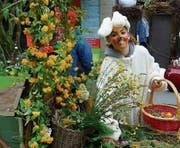 Der Osterhase treibt sich an diesem Samstag in den Gassen Altstättens herum und überrascht die Passanten mit Ostereiern. (Bild: pd)