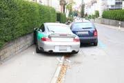 Der Porsche kollidierte mit einer Gartenmauer. (Bild: Stapo SG)
