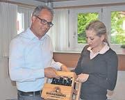 Zwölf Jahre lang hat sich Mathias Kuster als Kassier eingesetzt. Vorstandsmitglied Claudia Graf dankte ihm mit Büezerbier.