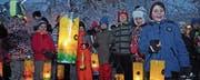 Eingepackt in Winterjacken und wollig bemützt zelebrieren die Kinder mit ihren Laternen den Funkensonntag. (Bild: Michael Hug)