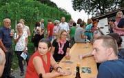 Gemeindepräsident Alex Arnold, inmitten der Zuzüger, stellte Eichberg als attraktive Wohngemeinde vor. (Bild: René Jann)