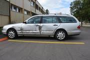 Der beschädigte Personenwagen. (Bild: Kapo SG)