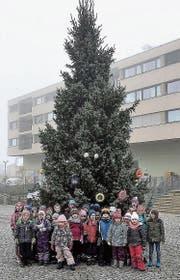 Die Degersheimer Kindergärtler durften den Christbaum mit selbst gebasteltem Schmuck dekorieren. (Bild: PD)