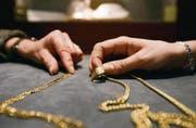 Nicht alles Gold, was glänzt: Vor dem Kauf überprüfen die Juweliere, ob der Schmuck echt oder doch nur vergoldet ist. (Bild: Urs Jaudas)