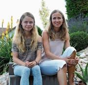 Bernadette Meier mit Tochter Christina (links) im Garten ihres Zuhauses in Dreien. (Bild: Beat Lanzendorfer)