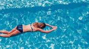 Schüler lernen in Altstätten schwimmen, um sich jederzeit über Wasser halten zu können. (Bild: Urs Bucher)