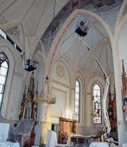 Das Innere der katholischen Kirche wird zurzeit gereinigt. Dabei kommen zwei Hebebühnen zum Einsatz. (Bild: Beat Lanzendorfer)