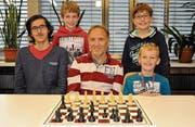 Die erfolgreichen Rheintaler Schach-Junioren (von links): Aaron Ulrich, Janis Wiederkehr, Nachwuchstrainer Gilbert Jost, Niklas Felde und Rafael van der Maat. Auf dem Bild fehlt Silvan Hongler. (Bild: pd)