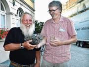 Hans Zingerli (links) überreicht Chefredaktor Gert Bruderer das frisch gepflückte Obst. (Bild: Monika von der Linden)