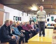 «Dressman» Ernst Brunner präsentierte die Herrenmode auf dem Laufsteg im Alters- und Pflegeheim. (Bild: Melanie Graf)