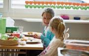 Kinder sollen in den Schulen der Stadt auch zu Mittag essen können dank der Freiwilligen Schulhausangebote (FSA). (Bild: Dominik Wunderli/LZ)