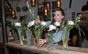 Karin Baumgartner hat Kunden in Davos, die edle Materialien mögen. Dafür stehen die Kristallvasen, die die Floristin am WEF mit Frischblumen bestückt. (Bild: Monika von der Linden)