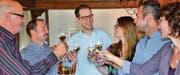 Alex Arnold (3. v. l.) stiess mit seiner Partnerin Franziska Grob (3. v. r.) im Restaurant Hölzlisberg auf den Wahlsieg an. Neben vielen anderen Personen gratulierten ihm der scheidende Eichberger Schulpräsident Richard Spira (links), der frisch gewählte Schulpräsident Marcel Dürr (2. v. l.) und die bestätigten Gemeinderatsmitglieder Franco Stabile und Doris Brülisauer. (Bild: Kurt Latzer)