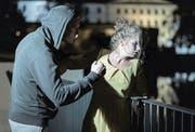 In diesem Symbolbild droht ein Mann einer Frau Gewalt anzutun. (Bild: Fotolia)