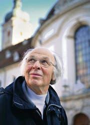 Komponist Iso Rechsteiner vor der Kathedrale, wo sein Werk am Samstag uraufgeführt wird. (Bild: Ralph Ribi)