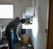 Nachdem der Einbruch entdeckt wurde, sichert ein Beamter der Spurensicherung der Kantonspolizei St. Gallen die Spuren. (Symbolbild: Urs Bucher)