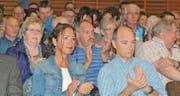 Die Rüthner Bürgerschaft dankt dem scheidenden Gemeindepräsidenten und dem scheidenden Präsidenten der Primarschulgemeinde an deren letzter Bürgerversammlung mit heftigem Applaus. (Bild: Kurt Latzer)