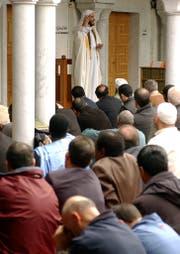 Muslime in der Grossen Moschee von Petit-Saconnex in Genf hören dem Imam während des Freitagsgebets zu. (Bild: ky/Martial Trezzini (21. März 2003))