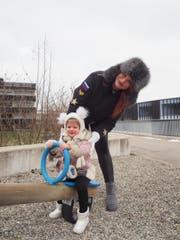 Zwei, die auch bei Minusgraden gerne an die frische Luft gehen: Yana Koroleva und Tochter Milana. (Bild: Angelina Donati)