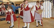 Der Kindertrachtenchor Fürstenland führt im Festzelt einen Besentanz auf. (Bilder: Kathrin Meier-Gross)