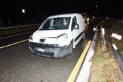 Der 80-jährige Lieferwagenfahrer prallte aus ungeklärten Gründen mit seinem Fahrzeug in Metallabschrankungen (Bild: Kapo SG)