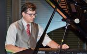 Felix Bohle hat die Musik-Dinner-Lounge ins Leben gerufen. Er spielt eine Eigenkomposition mit Improvisationen und nennt es «Lust auf Urlaub im Herbst». (Bild: Monika von der Linden)