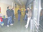 Rapanova im Ghetto: Haris Hasanbegovi? (ganz rechts mit weisser Hose) mit Crew und Freunden am Bahnhof St. Margrethen. (Bild: bär)