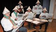 Das Pensionisten-Kabarett hat den «Rheintaler» ausführlich studiert und kann einiges aus dem Dorf und der Region berichten. (Bild: Susi Miara)