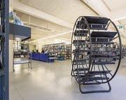 Mobile Architekturen – «sprechende Bücher», Bücherrad und Paravent – tragen dem temporären Charakter der Bibliothek in der Hauptpost Rechnung. (Bilder: Hanspeter Schiess)