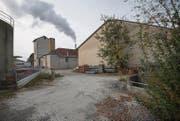 Der Bachdurchlass im Industriegebiet (rechts) ist mit 80 Zentimetern Durchmesser ein Engpass für den Arnegger Bach. (Bild: Ralph Ribi)