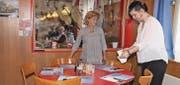 Sandra Torgler half gestern Erika Schwinger im Restaurant Rosengarten im Service. (Bilder: Susi Miara)