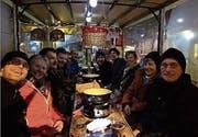 Gut gelaunt geniessen die Mitglieder der Musikgesellschaft Lichtensteig das Nachtessen in der Fondue-Kutsche. (Bild: PD)