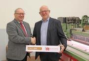 Hans Hauser (links) und André Meyer besiegeln die Übernahme. (Bild: PD)