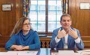 Die SP-Stadtratsmitglieder Maria Pappa und Peter Jans erläutern die Haltung der Stadt zur Mobilitäts-Initiative. (Bild: Urs Bucher)